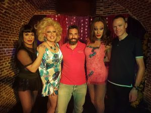Chris Froome junto a su técnico de equipo y las artistas de Gula Gula.